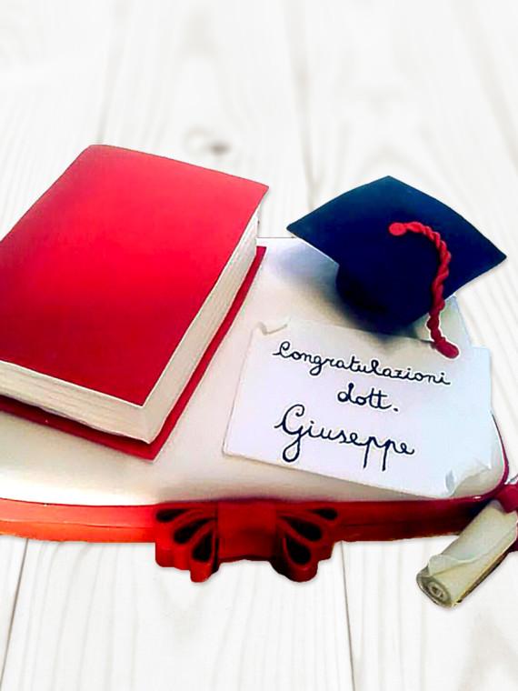 Torta-Laurea-Cake-Design-con-Libro-e-Tocco-Pasta-di-Zucchero