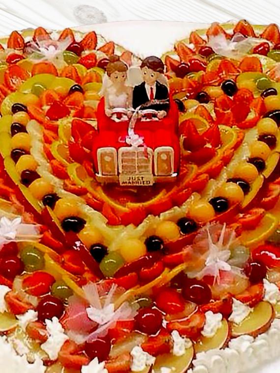Torta-Nuziale-Forma-Cuore-di-Frutta