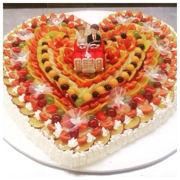 Torta Nuziale Forma Cuore di Frutta